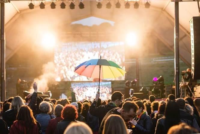 L'Ajuntament de Badalona decideix suspendre el concert contra la LGTBIfòbia després del llançament d'ous a l'escenari