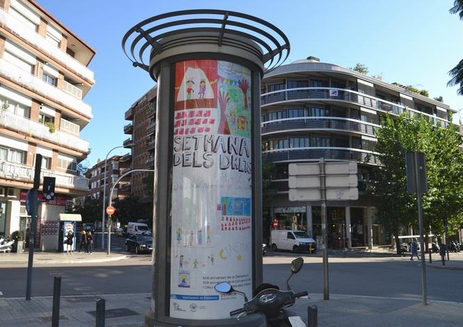 Una seixantena de cartells realitzats per escolars de Badalona anuncien a diferents indrets de la ciutat la propera Setmana dels Drets dels Infants