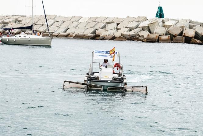 El servei de recollida de sòlids flotants recorre diàriament el litoral de Badalona