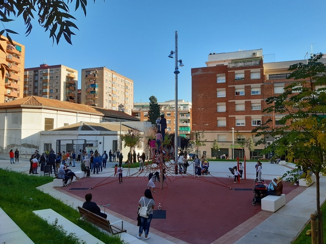 La plaça Azorín de Badalona es converteix en una àrea de domini per al vianant