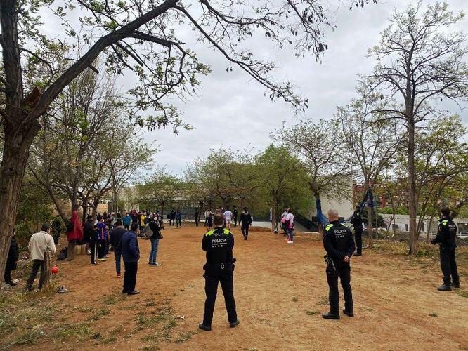 La Guàrdia Urbana desmantella un pícnic il·legal al voltant del camp de futbol Vidal i Barraquer i sanciona més de 50 persones per incomplir les mesures sanitàries