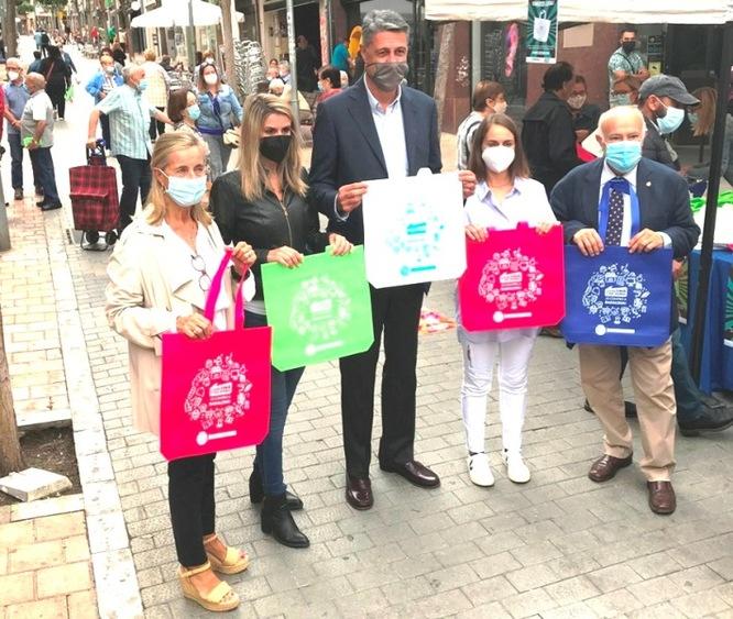 L'Ajuntament reparteix més de 25.000 bosses als mercats, els encants i als comerços per incentivar les compres a Badalona