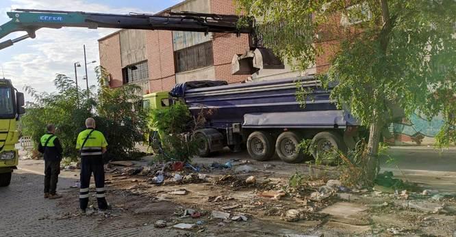Els propietaris d'un tram del carrer de les Cosidores donen compliment a l'expedient disciplinari obert per l'Ajuntament i retiren les escombraries que hi havia a la zona