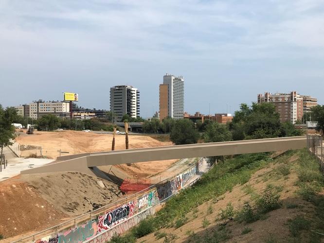 Oberta als vianants la nova passarel·la instal·lada sobre el Torrent de la Font