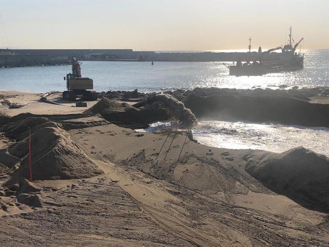 Aquesta setmana finalitzen els treballs de dragat de les sorres que han de regenerar la platja de la Marina del Port de Badalona