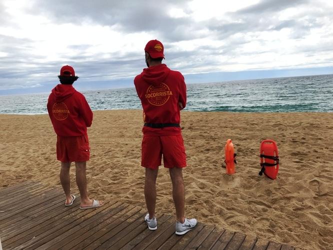 La temporada de platges de Badalona comença amb més mitjans per a la neteja de la sorra i de l'aigua i més vigilància