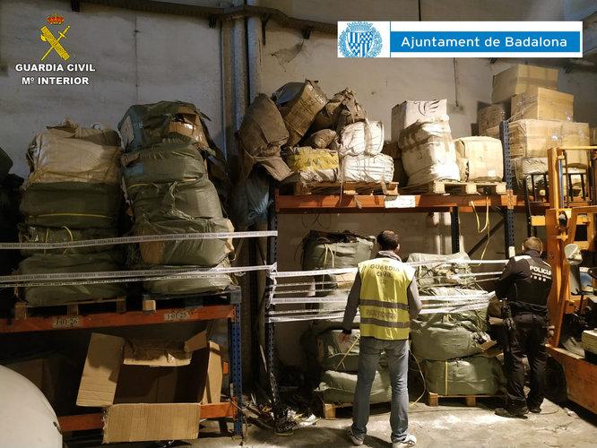 Un operatiu conjunt de la Guàrdia Urbana de Badalona i la Guàrdia Civil comissa la partida més gran de mercaderies falsificades d'aquest any a Catalunya per valor de més d'1,3 milions d'euros