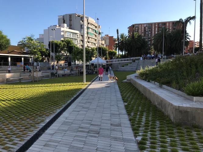Reobre la plaça de Trafalgar del barri de Llefià de Badalona un cop acabada la primera fase de les obres de reurbanització