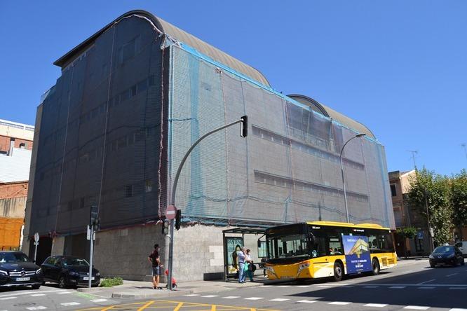La línia B3 dels autobusos urbans de Badalona manté la parada del carrer del Germà Juli, davant els jutjats de la ciutat, els dissabtes i festius