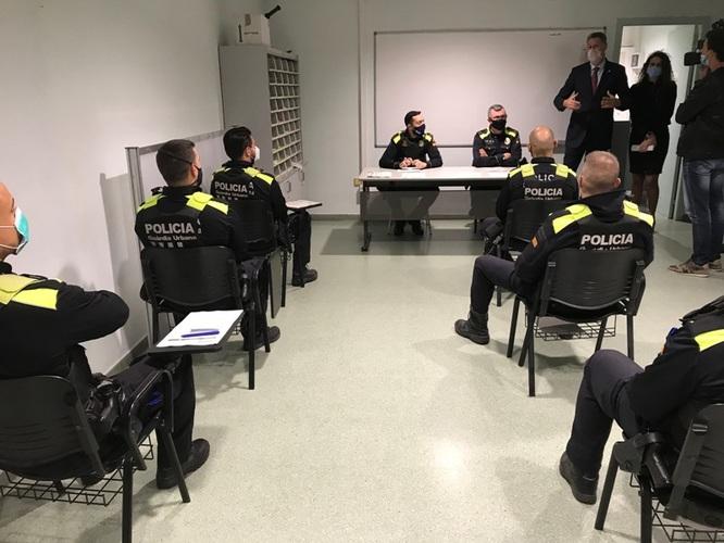 L'alcalde de Badalona participa en la preparació de les patrulles de la Guàrdia Urbana que reforcen el torn de nit per fer complir el confinament nocturn a la ciutat