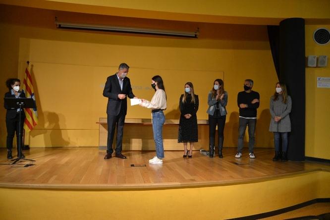 Els 16 alumnes que han obtingut notes d'excel·lència a les PAU del curs passat reben un homenatge de la ciutat pel seu esforç