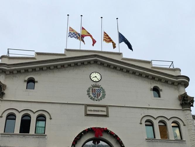 L'Ajuntament de Badalona convoca un minut de silenci avui a les 18 hores a la plaça de la Vila en senyal de dol per les víctimes de l'incendi de la nau industrial del carrer de Guifré