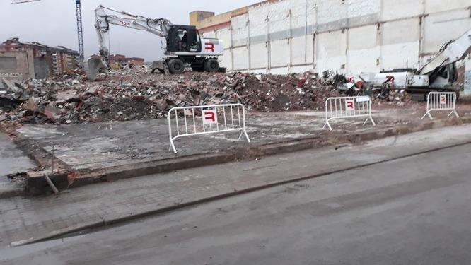 Finalitzen els treballs d'enderrocament de la nau sinistrada del carrer de Guifré de Badalona