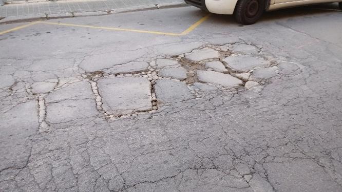 Actuació urgent de reparació de l'asfalt del carrer d'Enric Borràs