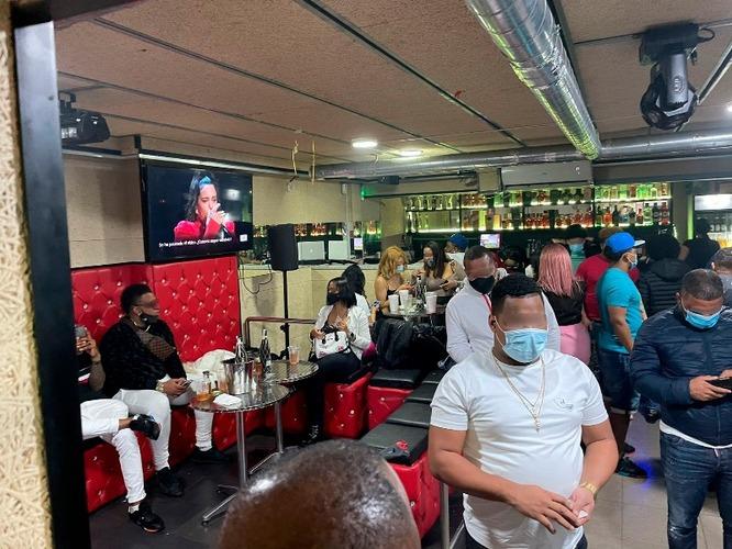 La Guàrdia Urbana de Badalona denuncia 58 persones i els propietaris d'un bar al barri de la Pau que feien una festa il·legal amb la persiana mig abaixada