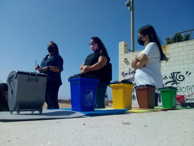 El Centre d'Adults Morera Pomar participa en un projecte ambiental per aprendre i conscienciar sobre els residus plàstics a les platges de Badalona