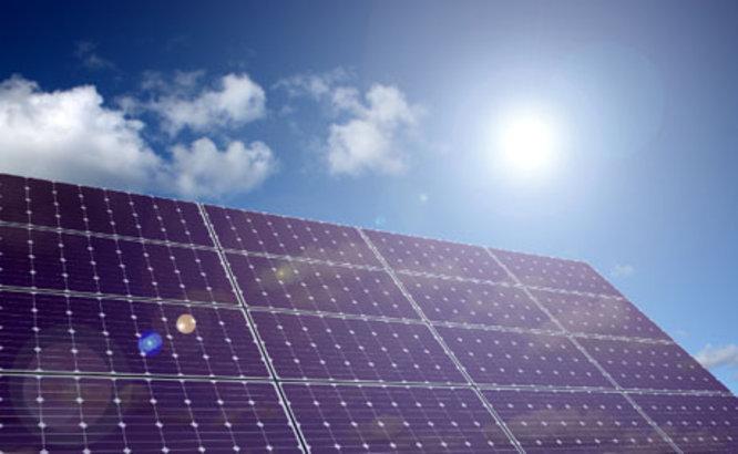 L'Ajuntament instal·la durant aquest estiu una planta fotovoltaica a la coberta de l'escola Lola Anglada de Badalona